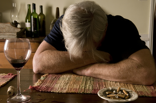 shutterstock alter mann weint wein alkoholismus klein